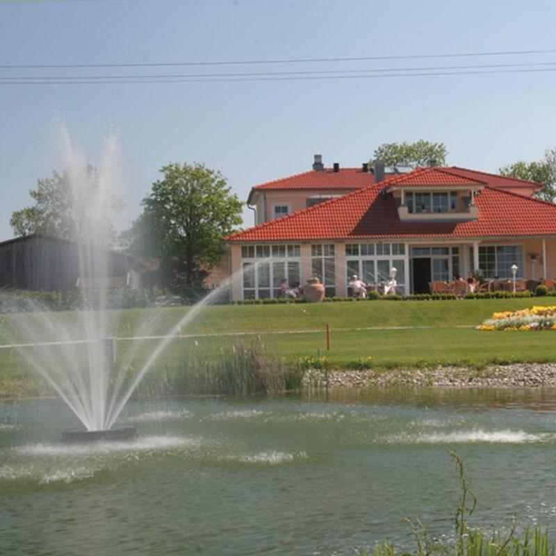 clubhaus-terrasse-mit-wasserfontaene1